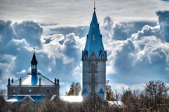 Bella chiesa con il cielo nuvoloso nella priorità bassa Fotografie Stock Libere da Diritti