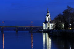 Bella chiesa con illuminarsi alla sera di autunno Vista della città Dnepr, Dniepropetovsk, U Immagini Stock