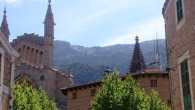 Bella chiesa davanti alle montagne Fotografie Stock Libere da Diritti