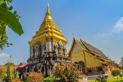 Bella chiesa e chedi stile Lanna dorato di sostegno dalle file dei contrafforti a forma di elefante a Wat Chiang Man, più vecchio fotografia stock libera da diritti