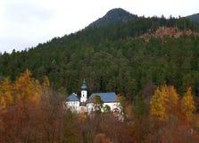 Bella chiesa fra il fogliame di caduta su Hillside di Garmisch-Partenkirchen, Baviera Immagini Stock