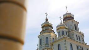 Bella chiesa ortodossa contro un fondo di cielo blu luminoso video d archivio