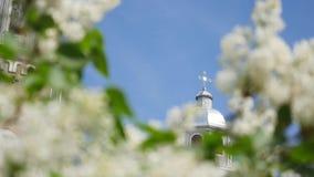 Bella chiesa ortodossa contro un fondo di cielo blu luminoso stock footage