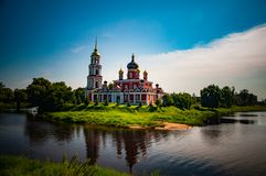Bella chiesa russa immagini stock