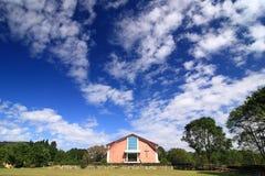Bella chiesa sotto cielo blu fotografie stock