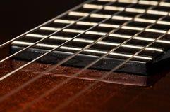 Bella chitarra rossa e le sue parti Priorit? bassa della chitarra Corde della chitarra immagine stock
