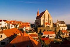 Bella città con la chiesa Immagini Stock Libere da Diritti