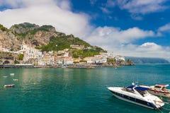 Bella città di Amalfi, vista frontale, costa di Amalfi, campania, Italia Immagine Stock
