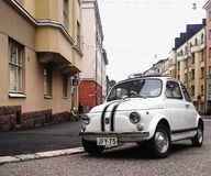 Bella città e piccola automobile immagine stock libera da diritti