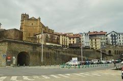 Bella città fortificata del bloccaggio di Getaria presa dal suo bello porto Viaggio di medio evo di architettura fotografia stock