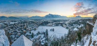 Bella città storica di Salisburgo nell'inverno al tramonto, Austria Fotografia Stock