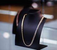 Bella collana dell'oro sul manichino Immagine Stock