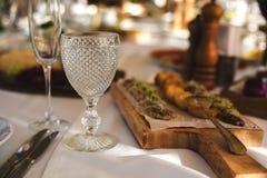 Bella coltelleria sulla tavola di nozze fotografia stock