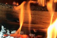 Bella combustione calda del fuoco in un camino fotografia stock