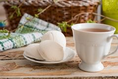 Bella composizione con la tazza di tè e della caramella gommosa e molle Tazza della prima colazione A della primavera di tè con u Immagini Stock