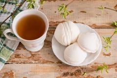 Bella composizione con la tazza di tè e della caramella gommosa e molle Tazza della prima colazione A della primavera di tè con u Immagine Stock