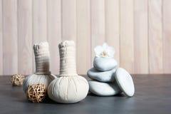 Bella composizione con le pietre della stazione termale ed i bolli della compressa fotografia stock