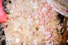 Bella composizione nella decorazione di Natale che consiste dei fiori, delle palle e delle farfalle Fotografie Stock