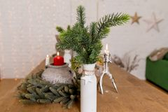 Bella composizione in tavola di Natale in vaso fatto dell'albero di abete coperto di neve artificiale, natale, nuovo anno fotografie stock libere da diritti