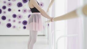 Bella condizione della bambina vicino alla sbarra di balletto nello studio video d archivio