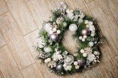 Bella corona della decorazione di Natale fatta dell'albero di abete e decorata con i giocattoli Fotografie Stock Libere da Diritti