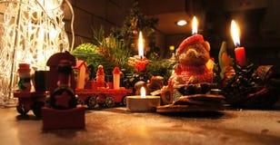 Bella corona di Natale con le candele Immagine Stock