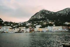 Bella costa - Amalfi, vista del villaggio di Atrani fotografie stock