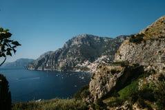 Bella costa - Amalfi, vista del villaggio di Atrani fotografia stock