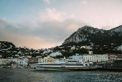 Bella costa - Amalfi, vista del villaggio di Atrani immagine stock libera da diritti