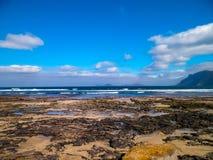 Bella costa in Caleta de Famara, isole Canarie di Lanzarote immagine stock