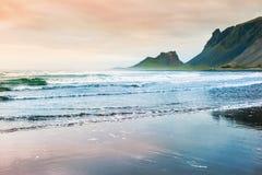 Bella costa dell'Oceano Atlantico con il Mountain View fotografia stock libera da diritti