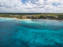 Bella costa tropicale della foto del fuco di regione di Bayahibe fotografie stock libere da diritti