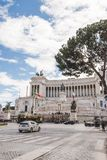 bella costruzione antica del della Patria di Altare con le automobili e la gente sulla piazza Venezia (quadrato di Venezia) Fotografia Stock Libera da Diritti
