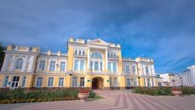 Bella costruzione del XVIII secolo nel centro del hyperlapse del timelapse di Uralsk Il Kazakistan occidentale stock footage