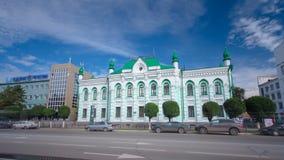 Bella costruzione del XVIII secolo nel centro del hyperlapse del timelapse di Uralsk Il Kazakistan occidentale archivi video