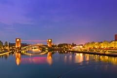 Bella costruzione di architettura e ponte variopinto nella penombra Fotografie Stock Libere da Diritti