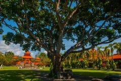 Bella costruzione di balinese con una fontana e un scultura-uomo che giocano la flauto Tanjung Benoa DUA di Nusa, Bali Immagine Stock