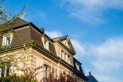 Bella costruzione di casa della proprietà del bene immobile un giorno caldo Fotografia Stock