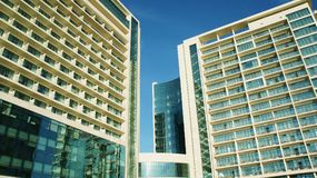 Bella costruzione multipiana con il cielo blu fotografie stock libere da diritti