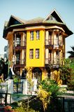 Bella costruzione nei colori gialli fotografia stock libera da diritti