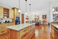 Bella cucina con i gabinetti di legno leggeri fotografia stock libera da diritti