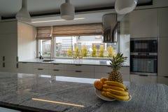Bella cucina moderna con l'arredamento domestico nella casa di lusso immagine stock