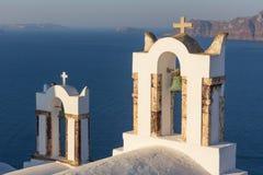 Bella cupola gialla della chiesa sull'orlo della città di Fira Fotografie Stock