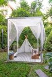 bella decorazione bianca del campo e della tenda in giardino domestico fotografia stock libera da diritti