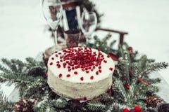 Bella decorazione di inverno per il tiro di foto di nozze sulla via nello stile rustico fotografie stock libere da diritti