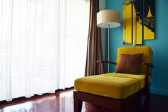 Bella decorazione di lusso del sofà in salone con il fondo d'annata del filtro Fotografie Stock Libere da Diritti