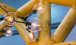Bella decorazione di lusso della lampada della luce di edison Lampade incandescenti in un caffè moderno fotografia stock