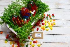 Bella decorazione di pasqua con crescione e le uova di Pasqua fotografia stock