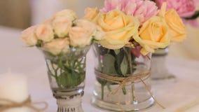 Bella decorazione, disposizione dei fiori e candele della tavola di nozze video d archivio