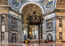 Bella decorazione scultorea sulla parete della navata centrale dentro i fotografie stock